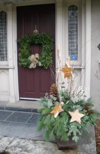 Urn arrangement with wood stars